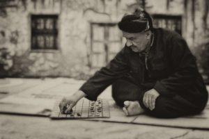 Familienspiele - alter Mann spielt Gesellschaftsspiele