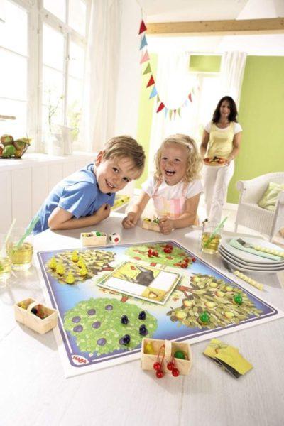 Kinder spielen Obstgarten