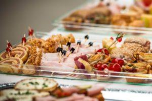 Krimidinner veranstalten - Fingerfood als Buffet
