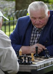 Opa spielt Schach